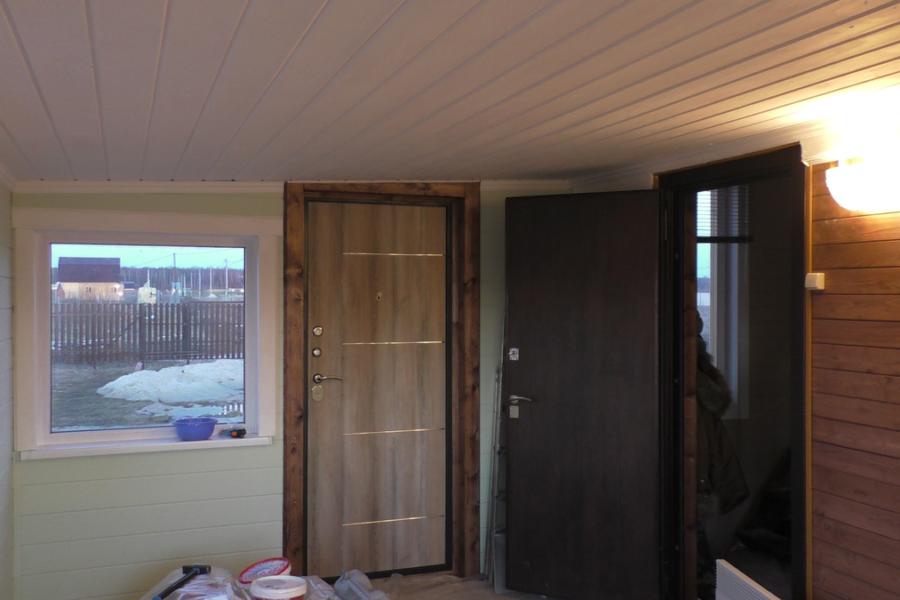 Покраска акриловой краской стен и потолка, крепление деревянных откосов на окна, наличников и плинтусов